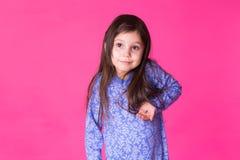 Ritratto della bambina adorabile isolato su un fondo rosa immagine stock libera da diritti