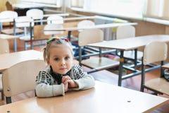 Ritratto della bambina allo scrittorio Fotografia Stock Libera da Diritti