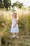 Ritratto della bambina bionda sulla natura Immagine Stock