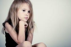 Ritratto della bambina bionda triste Fotografia Stock