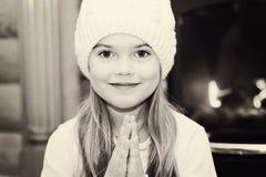 Ritratto della bambina in cappello bianco dal camino Fotografia Stock Libera da Diritti