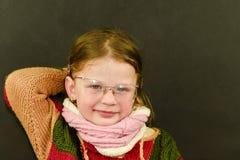 Ritratto della bambina caucasica attraente con gli occhiali Bambino sorridente sveglio divertente che esamina macchina fotografic Fotografie Stock