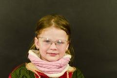 Ritratto della bambina caucasica attraente con gli occhiali Bambino sorridente sveglio divertente che esamina macchina fotografic Immagini Stock Libere da Diritti