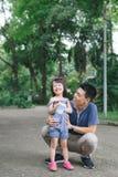 Ritratto della bambina che abbraccia il suo papà con la natura, famiglia co fotografie stock