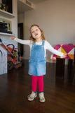 Ritratto della bambina che canta a casa Fotografia Stock