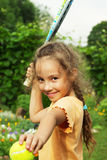 Ritratto della bambina che gioca a tennis all'aperto Fotografia Stock Libera da Diritti