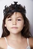 Ritratto della bambina che indossa corona nera Fotografia Stock Libera da Diritti