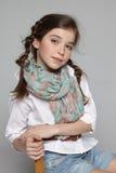 Bambina che si siede sulla sedia Fotografie Stock