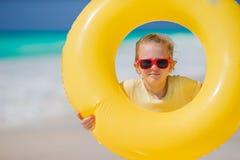 Ritratto della bambina con il cerchio di gomma gonfiabile sulla vacanza della spiaggia Fotografia Stock Libera da Diritti