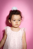 Ritratto della bambina di 3 anni su fondo rosa Immagini Stock