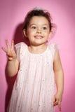 Ritratto della bambina di 3 anni su fondo rosa Fotografie Stock