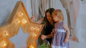 Ritratto della bambina divertente e di sua madre a casa stock footage