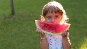 Ritratto della bambina felice con l'anguria di estate Sunny Park archivi video