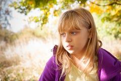 Ritratto della bambina nel parco di autunno Fotografie Stock Libere da Diritti