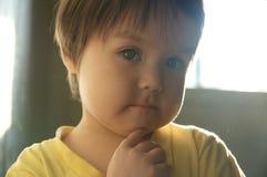 Ritratto della bambina nel tramonto con fondo scuro Bambino sveglio Fotografie Stock