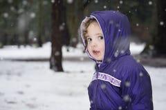 Ritratto della bambina nella neve nell'inverno immagine stock libera da diritti