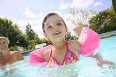 Ritratto della bambina nella piscina Fotografie Stock