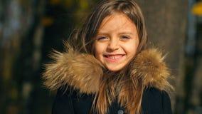 Ritratto della bambina sorridente stock footage