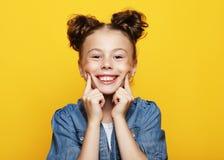 Ritratto della bambina sorridente allegra su fondo giallo immagini stock