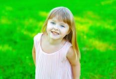 Ritratto della bambina sorridente del bambino divertendosi di estate Fotografia Stock