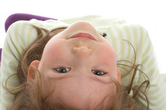 Ritratto della bambina su colore rosso. Fotografie Stock Libere da Diritti