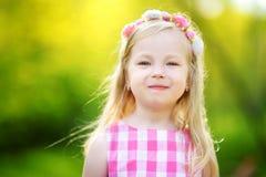 Ritratto della bambina sveglia all'aperto il giorno di estate caldo e soleggiato fotografia stock
