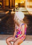 Ritratto della bambina sveglia che si siede sulla terra Immagini Stock