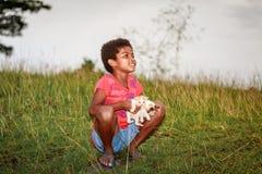 Ritratto della bambina della tribù di Aeta con il suo supporto vicino del gatto sveglio Fotografia Stock Libera da Diritti