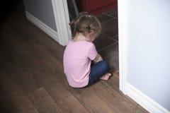 Ritratto della bambina triste che sta parete vicina dentro Fotografia Stock