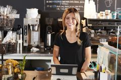 Ritratto della caffetteria femminile di Behind Counter In di barista immagini stock libere da diritti