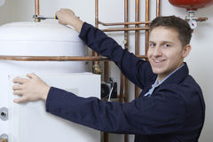 Ritratto della caldaia maschio del riscaldamento di Working On Central dell'idraulico Immagini Stock Libere da Diritti