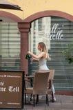 Ritratto della cameriera di bar della barra del terrazzo di Guillaume Tell nel centro di Mulhouse Fotografia Stock