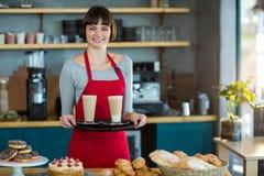 Ritratto della cameriera di bar che tiene tazza di caffè freddo Fotografia Stock