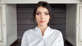 Ritratto della camicia bianca d'uso della donna ispana adorabile che esamina macchina fotografica archivi video
