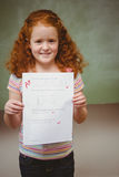 Ritratto della carta sveglia della tenuta della bambina Immagini Stock