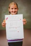 Ritratto della carta sveglia della tenuta della bambina Fotografia Stock