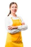 Ritratto della casalinga di 30 anni in grembiule giallo Fotografia Stock