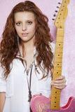 Ritratto della chitarra alla moda della tenuta dell'adolescente Fotografie Stock Libere da Diritti