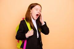 Ritratto della classe d'uso di noia della giacca sportiva del rivestimento del principiante pre-teen laborioso annoiato stanco ad immagini stock