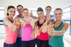 Ritratto della classe di forma fisica che gesturing i pollici su Immagini Stock Libere da Diritti