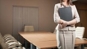 Ritratto della compressa della tenuta della donna di affari in ufficio Fotografie Stock