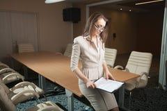 Ritratto della compressa della tenuta della donna di affari in ufficio Immagini Stock Libere da Diritti