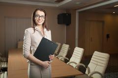 Ritratto della compressa della tenuta della donna di affari in ufficio Immagine Stock