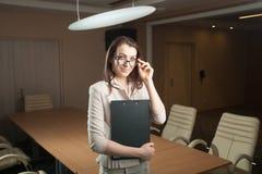 Ritratto della compressa della tenuta della donna di affari in ufficio Immagine Stock Libera da Diritti