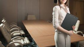 Ritratto della compressa della tenuta della donna di affari in ufficio Fotografia Stock