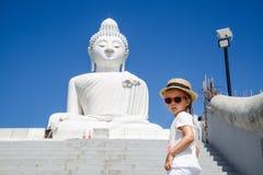 Ritratto della condizione della bambina vicino alla grande statua di Buddha a Phuket, Tailandia Concetto di turismo in Asia e fam immagine stock