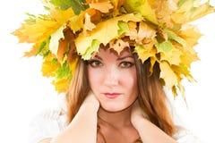 Ritratto della corona sessuale della donna di autunno dell'acero immagine stock