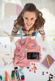 Ritratto della cucitrice felice sul lavoro fotografia stock libera da diritti