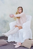 Ritratto della donna adorabile che tiene una tazza di tè caldo Immagine Stock