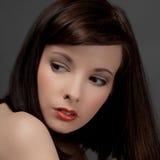 Ritratto della donna adorabile e seria Immagine Stock